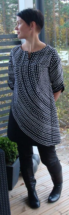 "Clever use of fabric ""Fokus"" by Marimekko.Tunic by Piipadoo from Yoshiko Tsukiori's book ""Ihanat mekot ja tunikat"". Stylish Dress Book, Stylish Dresses, Sewing Clothes, Diy Clothes, Marimekko Fabric, Made Clothing, Fabulous Dresses, Work Shirts, Handmade Clothes"