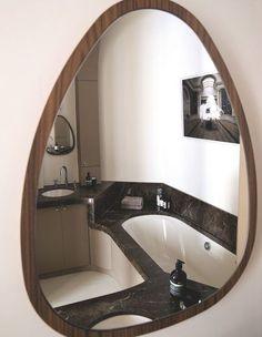 Du marbre poli pour une salle de bains de caractère. Plus de photos sur Côté Maison http://petitlien.fr/82t6