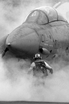 F 14 Tomcat preparing for take off Jet Fighter Pilot, Fighter Jets, Military Jets, Military Aircraft, Military Soldier, Navy Aircraft, Tomcat F14, Carros Bmw, Photo Avion