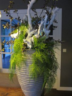 Een grote pot royaal gevuld met wit decoratiehout heeft nog maar een paar kunst bessentakken en wat groen nodig. www.abonneefleur.nl