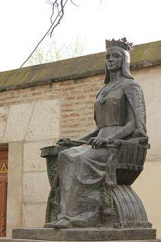 Estatua de Isabel la Católica, en Alcalá de Henares, Madrid.