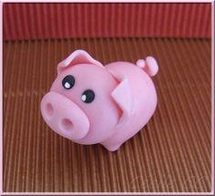 Bonjour, aujourd'hui je vous propose un nouveau tutoriel. J'ai choisi de réaliser un petit cochon car mon grand a eu une gomme en forme de cochon quand il était petit et que cette gomme m'a toujours éclatée (bouh la vieille, cela ne se dit plus éclatée!!!).... Sugar Animal, Pig Cupcakes, Decoration Patisserie, Thrown Pottery, Sculpture Clay, Food Humor, Clay Creations, Polymer Clay Jewelry, Cupcake Toppers