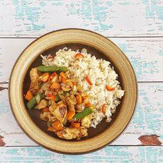 Deze rijstschotel met kip is perfect voor een doordeweekse avond, want hij is met een kwartiertje klaar. En nog gezond ook, door de vele verse groenten!