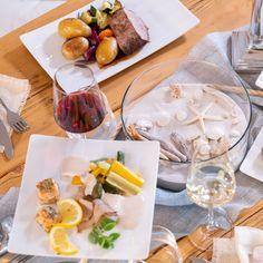 Mediterran, maritim inspirierte Hochzeitstischdeko mit Sand und Muscheln, passend zum mediterranen Hochzeitsbuffet mit frischem Fisch, rosa gebratenem Kalbfleisch und viel frischem Gemüse. → Mehr über Cateringkonzepte zum Thema Mittelmeer-Küche auf kaiserschote.de erfahren. | #kaiserschote #cateringköln Dairy, Cheese, Pink, Mediterranean Sea, Seashells, Finger Food