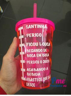 Copo com tampa e canudo rosa com frases divertidas como medidas da bebida