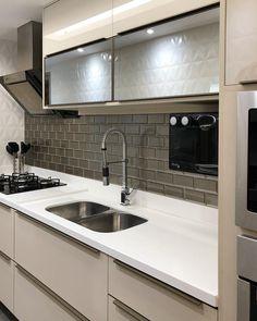 50 ideias de azulejo para cozinha que transformam a decoração Kitchen Room Design, Kitchen Cabinet Design, Modern Kitchen Design, Kitchen Interior, Kitchen Decor, Bedroom Decor On A Budget, Kitchen Modular, Bright Kitchens, White Kitchen Cabinets