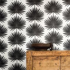 On our radar lately: rooms papered in tropical leaf-print wallpaper, a far cry from tiki and more subtle than the monstera-leaf trend of a couple summers a Palm Wallpaper, Tropical Wallpaper, Wallpaper Decor, Print Wallpaper, Home Wallpaper, Pattern Wallpaper, Bathroom Wallpaper, Wallpaper Ideas, Palmetto Leaf