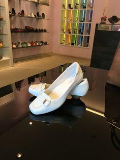 Seja charme ou para trabalhar de acordo com a #nr32 branco com saltinho mega conforto #koquini #comfortshoes #euquero Compre Online: http://koqu.in/244cx3C
