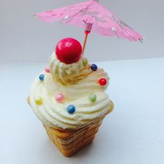 Kinderfeestje traktatie. Leuke en makkelijk te maken: bak cakeje in ijsbakje. Versieren met botercreme en snoep. Om een mooi ' ijsje' te krijgen goede spuitzak met ( groot) ruitje gebruiken.