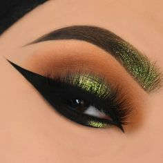 """✨ @anastasiabeverlyhills dip brow """"dark brown"""" @makeupgeekcosmetics """"chikadee"""" on the crease. @juviasplace """"morroco"""" from the nubian 2 palette on the crease and """"egypt"""" on the lid. @hudabeauty """"henna"""" from the rosegold palette on the crease. @lorealmakeup perfect slim eyeliner @annytude """"warry"""" lashes"""