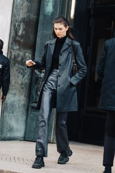 In which bags to invest this season? - Street style: our favorite looks from Paris Fashion Week fall-winter La Fashion Week, Fashion Moda, Look Fashion, 90s Fashion, Fashion Outfits, Artist Style Fashion, Fashion Week Paris, Classy Fashion, Office Fashion