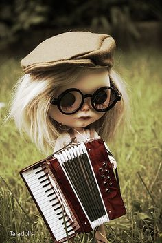 Blythe doll with accordian Bébé Georges