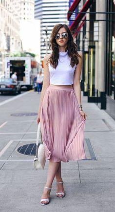 Échale un vistazo a estos outfits elegantes ideales para ir a la oficina en verano. ¿Te animas? #outfits #outfitsformales #oficina #verano #moda #belleza #tendencia Pleated Skirt Outfit, Long Skirt Outfits, Dress Skirt, Midi Skirt, Satin Skirt, Trendy Summer Outfits, Spring Outfits, Casual Outfits, Cute Outfits