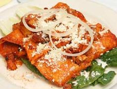 Enchiladas morelianas  100 gramos de chile guajillo o ancho rojo 2 pechugas de pollo 1 onza de vinagre de manzana Pimienta negra Cebolla Ajo 3 tortillas 2 hojas de lechuga Orégano 1 papa 1 zanahoria 4 onza de aceite de oliva