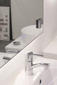 Kustomoituun Frost Lux ledvalopeiliin on lisätty pistorasia ja himmenninkytkin.