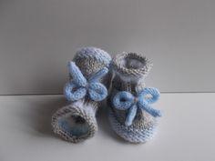 chaussons bébé en laine grise avec bordure blanche et bleue et petits noeuds : Mode Bébé par bebelaine