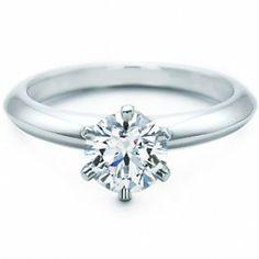 Se trata de una réplica solitario de la firma Tiffany, firma estadounidense de calidad y referencia y que ha sido elegida por numerosas celebridades de Hollywood durante más de 100 años.    Es el anillo de pedida por excelencia y son innumerable la cantidad de piezas de este modelo vendidas por la firma Tiffany.