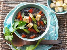 Schwarze Bohnensuppe mit Pfeffer-Tofu und Gemüse. Bohnen sind voll bepackt mit Ballaststoffen, Folsäure, Kalium und Magnesium.