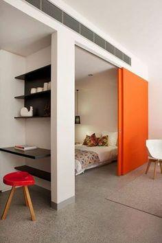 Een aparte slaapkamer met veel daglicht als onderdeel van een grotere ruimte: de moderne bedstee. Met een schuifdeur kun je de slaapruimte overdag afsluiten.