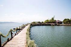 Casamento na praia - ponte / passarela com decoração de guirlanda de mosquitinhos ( Foto: Estúdio das Meninas )