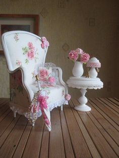 Pretty little pink and white armchair, table and umbrella scale minaiture Miniature Crafts, Miniature Houses, Miniature Dolls, Victorian Dolls, Victorian Dollhouse, My Doll House, Barbie House, Miniature Furniture, Dollhouse Furniture
