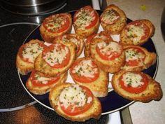 Ingredientes: 2 tomates roma, em rodelas 1 colher de margarina derretida 1 dente de alho picado 1 e 1/2 colheres de azeite 1 e 1/4 colheres de chá de vinagre balsâmico 1 colher de sopa de manjericão fresco picado 1/4 colher de chá de sal 1/8 colher de chá de pimenta-do-reino 4 fatias de pão …