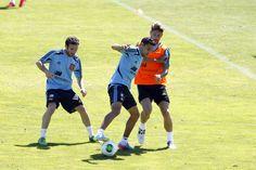 Jesús Navas disputa un balón con Ramos y Mata en Las Rozas en 2013 #seleccionespanola #LaRoja #diariodelaroja