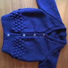 Stricken Bubble Baby Cardigan in Peter Pan Merino Baby DK Free – Alp stricken Baby Boy Cardigan, Crochet Baby Cardigan, Knit Baby Sweaters, Knitted Baby Clothes, Baby Boy Knitting Patterns Free, Baby Sweater Patterns, Baby Sweater Knitting Pattern, Baby Pullover Muster, Bubble