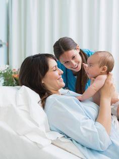 Jede Geburt ist anders und doch ist der grundlegende Ablauf derselbe: Man teilt die Geburt in drei Stadien ein, in denen festgelegte Vorgänge passieren.
