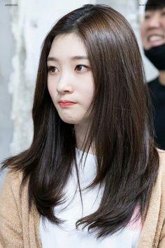 Straight Layered Hair, Haircuts Straight Hair, Layered Haircuts, Face Framing Bangs, Mid Length Hair, Hair Designs, Jung Chaeyeon, Hair Lengths, Hair Goals