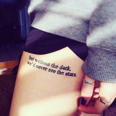 ein interessantes Zitat Tattoo Schriftzüge auf dem Bein eines Mädchens tattoo quotes tattoos tattoos tattoo fonts for men meaningful quotes quotes about life quotes latin quotes motivational Girly Tattoos, Pretty Tattoos, Beautiful Tattoos, Body Art Tattoos, New Tattoos, Small Tattoos, Tatoos, Awesome Tattoos, Faith Tattoos