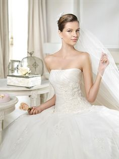 NIGUA / Wedding Dresses / White One 2014 Collection / San Patrick (close up)