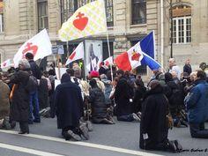 Via Crucis a Parigi contro i matrimoni omosessuali! La stampa non ne ha parlato, ma una mia amica, era presente e ha scattato la foto.