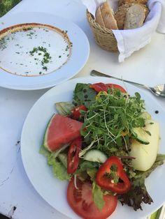 Sommerlicher Salat und Gulasch vom Weiderind