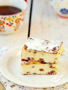 Delicious ricotta cake and raisins - La Torta golosa di ricotta e uvetta: un dolce delicato e light, dal gusto semplice e facilissimo da preparare. Ottimo sia come dessert sia come spuntino. #tortadiricotta #tortadiuvetta
