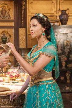 Mena Massoud is Aladdin and Naomi Scott is Jasmine in Disney's live-action ALADDIN, directed by Guy Ritchie. Jasmine Hair, Jasmine Dress, Jasmine Cosplay, Princesa Disney Jasmine, Disney Princess Jasmine, Aladdin Wallpaper, Aladdin Live, Walt Disney, Punk Disney