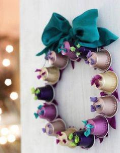 Fazer decorações de Natal com cápsulas Nespresso é mais fácil que você imagina e pode resultar em peças lindas e até mesmo em peças sofisticadas, que nem parecem serem feitas com material reciclável. E há opções para todos os gostos, indo desde os enfeites mais básicos, com você apenas pendurando as cápsulas em sua árvore …