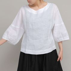 The body length is relatively short so it is easy to coordinate with pants of skirts, and keep you cool in hot summer. Linen Tunic, Linen Blouse, Blouse Styles, Blouse Designs, Sewing Blouses, Denim And Lace, Short Tops, Sleeve Designs, Linen Dresses