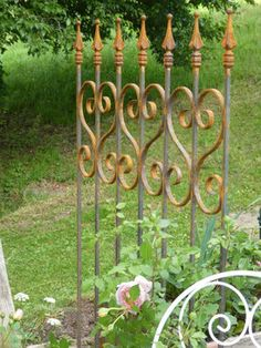 Zaunelement mit Herz als Blickfang und Gartendekoration Wind Chimes, Outdoor Structures, Garden, Outdoor Decor, Home Decor, Garden Fencing, Climbing, Heart, Metal