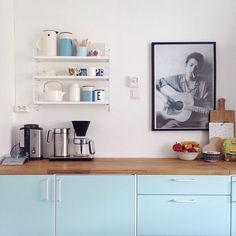 """""""Under onsdagens bloggtreff på @dfusandnes kjøpte jeg bla med meg hjem en string pocket hylle. Nå kom den på veggen, og Dylan har måtta flytte litt på…"""" Kitchen Tools, Kitchen Dining, String Shelf, Black And White Interior, Kitchen Shelves, Decoration, Kitchenware, Floating Shelves, Sweet Home"""