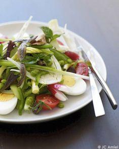 La vraie salade niçoise sans légumes cuits pour 4 personnes - Recettes Elle à Table Caprese Salad, Cobb Salad, Pizza Mozzarella, Salat Nicoise, Poke Bowl, Those Recipe, Buddha Bowl, Finger Foods, Food Styling