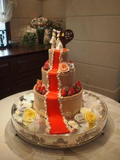 チョコレートクリームでコーティングされたケーキには、細かく模様をデザイン。 赤いじゅうたんがひかれたクラシカルな雰囲気です。