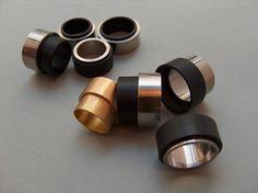 PAULA CRESPO-PT / Anéis Pic-Nic / Ebonite, aço e ouro / 2006