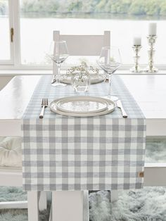 This gorgeous light grey check table runner will prove perfect for any occasion - from a relaxed Sunday brunch to a beautifully styled dining table for friends or a romantic dinner-a-deux.