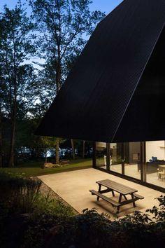 Einwandfreies Black Cottage im Quebec Forest von Jean Verville - Haus pin Quebec, Treehouse Living, Gable Roof Design, Architecture Design, Minimal Architecture, Contemporary Cabin, Pergola Pictures, A Frame House, Cottage