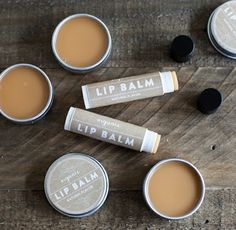 DIY Organic Lip Balm and free printable labels - Diy Beauty Products Homemade Lip Balm, Diy Lip Balm, Homemade Beauty, Diy Beauty, Homemade Deodorant, Beauty Makeup, Organic Lip Balm, Natural Lip Balm, Organic Makeup