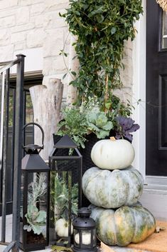 Imaginative Fall Porch Decorating Ideas To Make Yours Unforgettable Fall Front Porch Ideas in ucwords] Fall Home Decor, Autumn Home, Porche Halloween, Farmhouse Front Porches, Thanksgiving Decorations, Autumn Decorations, Thanksgiving Table, House Decorations, Thanksgiving Crafts