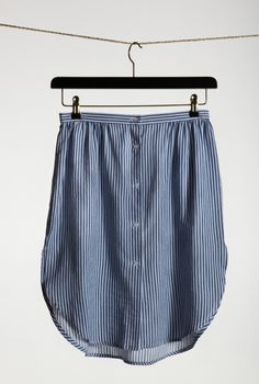 Maar is a skirt in a shirt material with buttons in the front and slits on the sides.