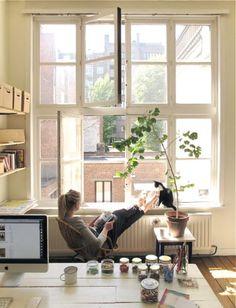 复古的窗户和阳光浅浅的工作室;慵懒的猫咪和画到一半的作品~~