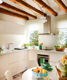 Cocina con office en blanco, con vigas de madera y mobiliario exento de tiradores Kitchen Dining, Kitchen Decor, Kitchen Cabinets, Cool Kitchens, Open Kitchens, Beautiful Homes, Sweet Home, New Homes, Indoor